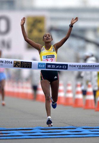 Tirfi Tsegaye sets a course record in Tokyo.