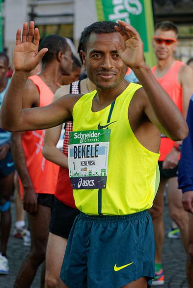 Bekele before the start of the 2014 Paris Marathon. Photo: Marie-Lan Nguyen via Wikimedia Commons.